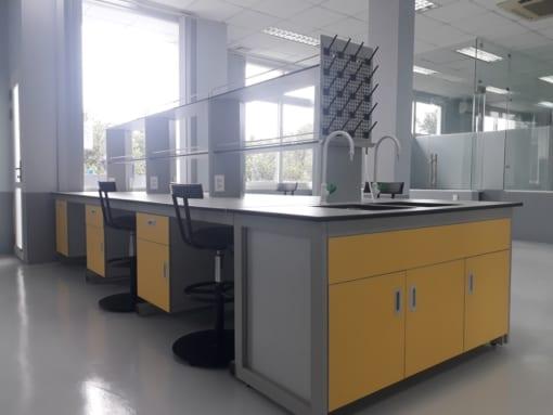 bàn thí nghiệm trung tâm có bồn rửa