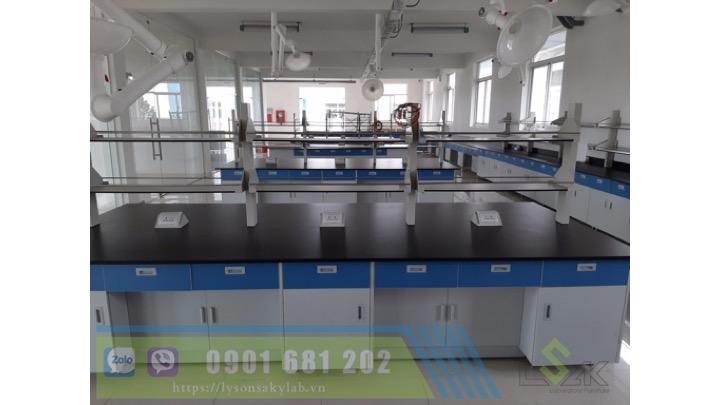 Chụp hút khí di động trên các bàn thao tác trung tâm trong phòng thí nghiệm