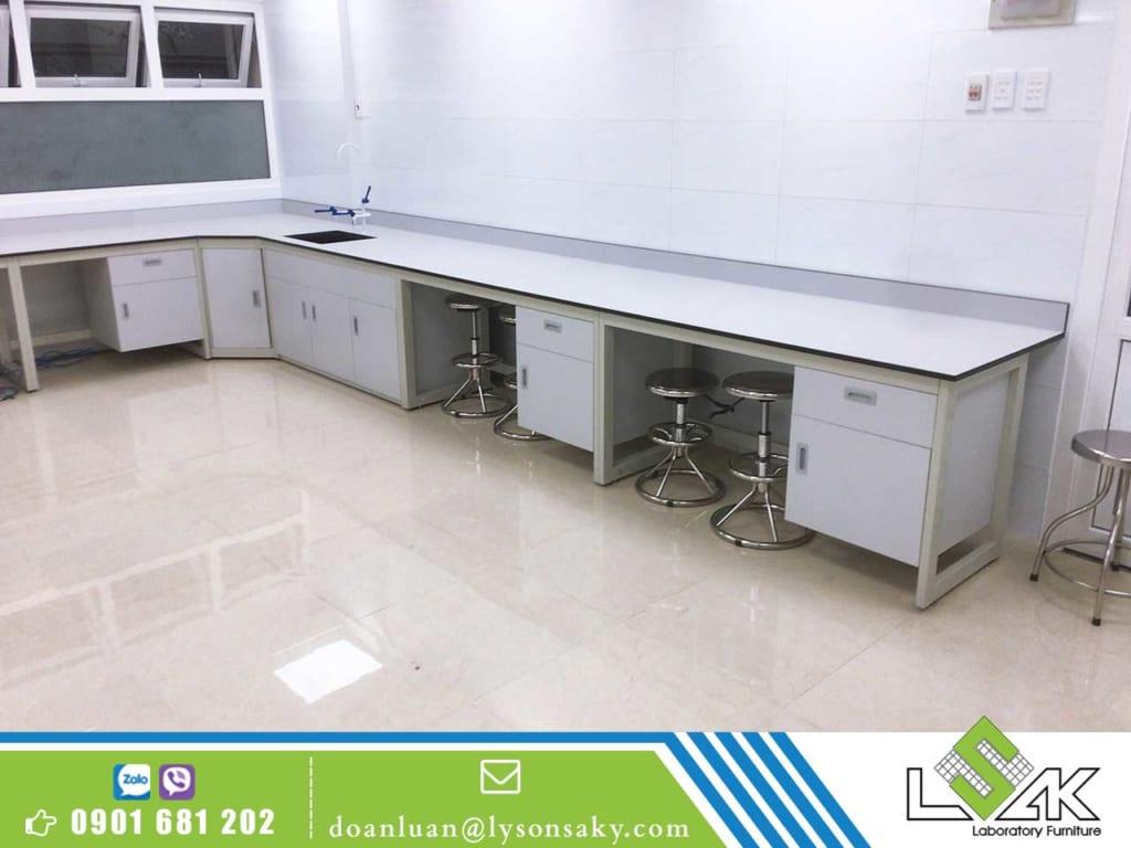Bàn thí nghiệm với bề mặt phenolic chịu hoá chất được sử dụng rộng rãi trong phòng thí nghiệm