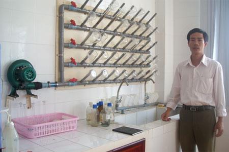 Người thiết kế, chế tạo giá đỡ sấy khô dụng cụ thí nghiệm