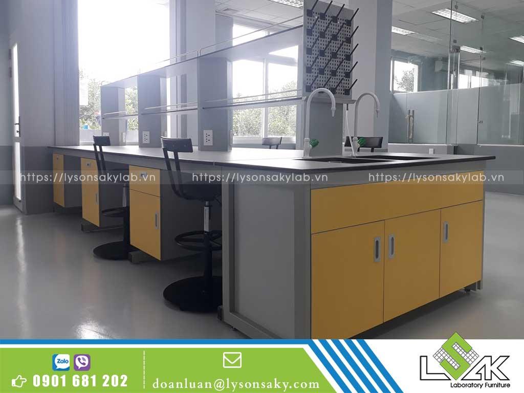 bàn thí nghiệm trung tâm có chậu rửa