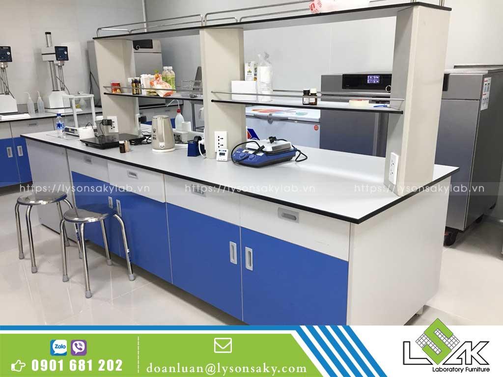Nên lựa chọn những mẫu bàn thí nghiệm có kích thước phù hợp