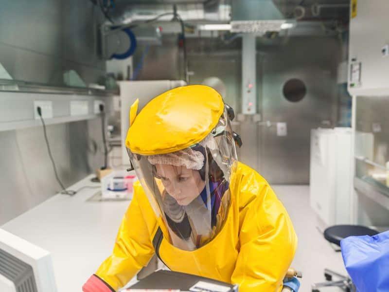 Các nhà khoa học làm việc với tủ hút, nhân tố quyết định đến sự an toàn của họ trong BSL-4.
