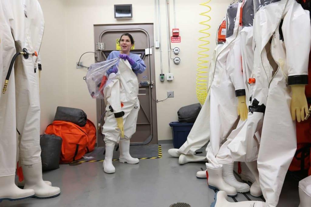Đồ bảo hộ toàn thân loại A là điều kiện bắt buộc để vào một phòng BSL-4