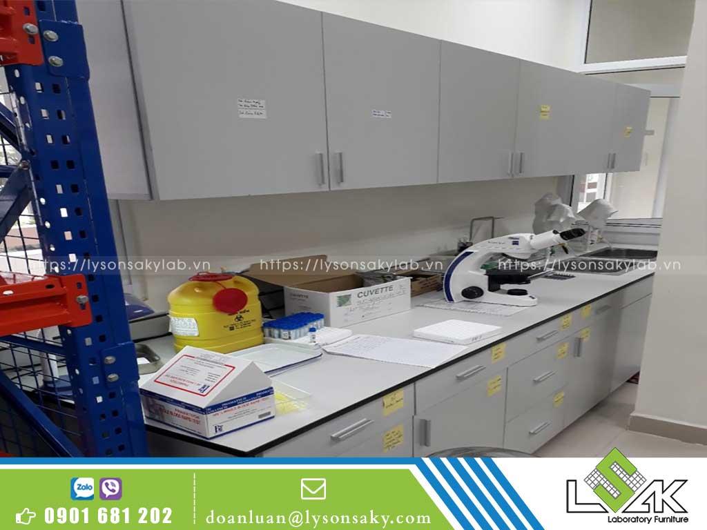 bàn thí nghiệm áp tường có bồn rửa bệnh viện