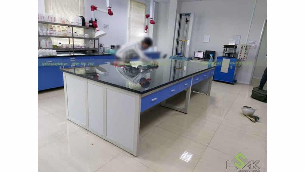 bàn kính thí nghiệm