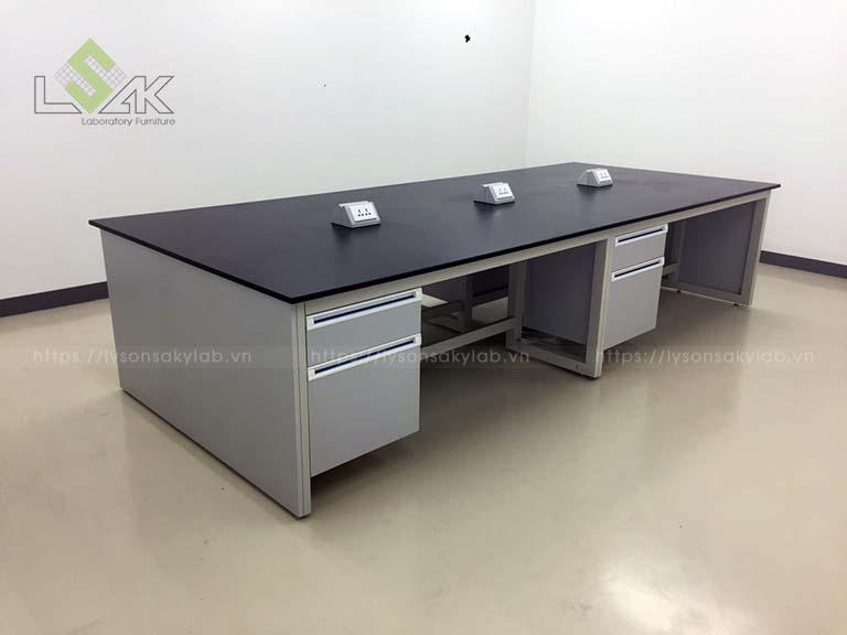 Bàn thí nghiệm trung tâm / Central laboratory bench 3600x1500x800 LxDxH (không có kệ/ whithout reagent shelf)