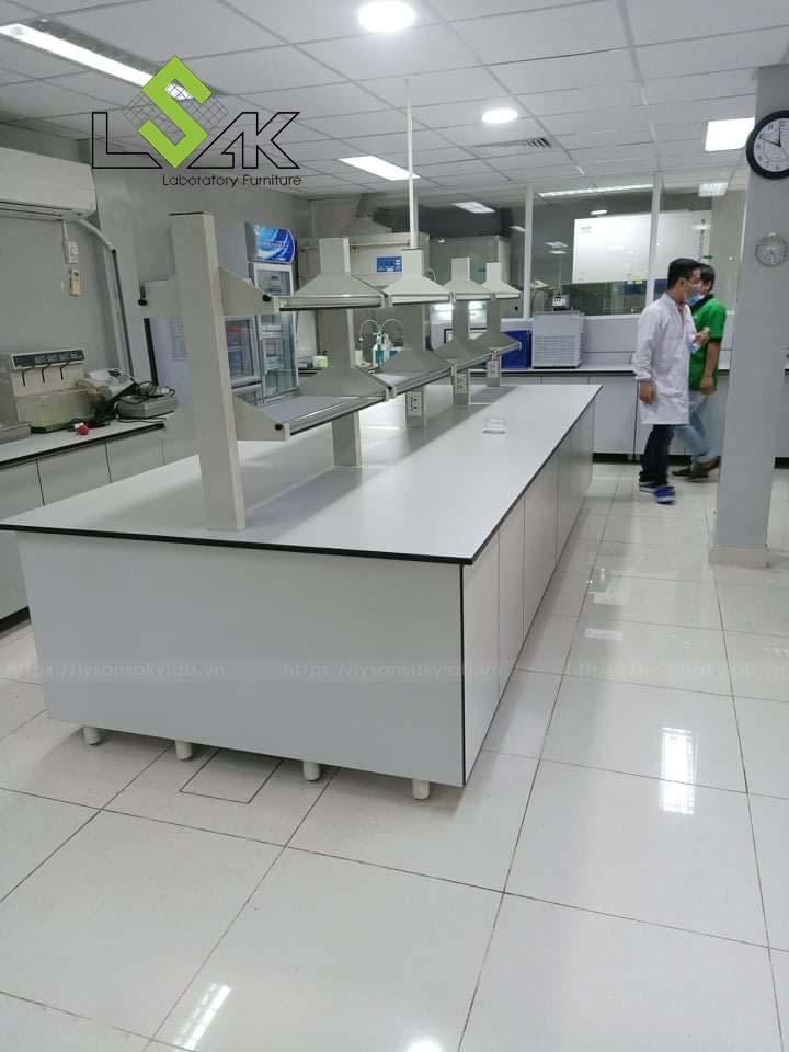 Bàn thí nghiệm trung tâm có kệ đựng hóa chất