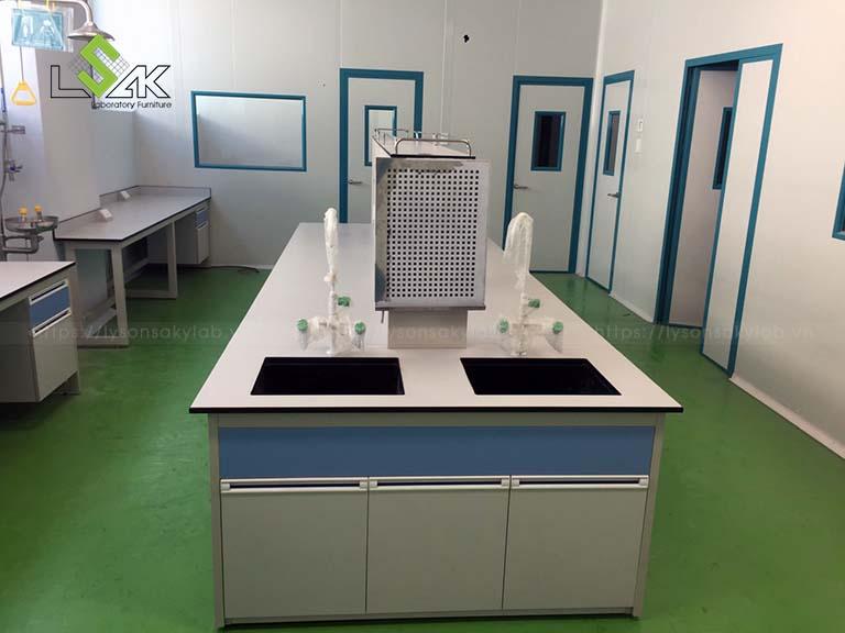 Bàn thí nghiệm trung tâm có bồn rửa phòng thí nghiệm Nhà máy sản xuất Thuốc Thú y UV Việt Nam