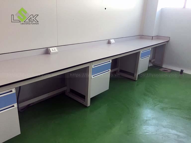 Bàn thí nghiệm áp tường phòng thí nghiệm Nhà máy sản xuất Thuốc Thú y UV Việt Nam