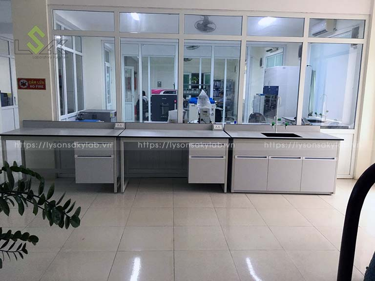 Thi công nội thất phòng thí nghiệm công ty sản xuất keo và dung dịch chuyên dụng ô tô Chu Lai