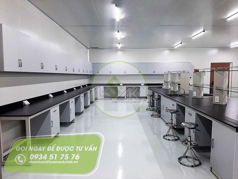 Bàn thí nghiệm áp tường trang trại bò sữa công nghệ cao