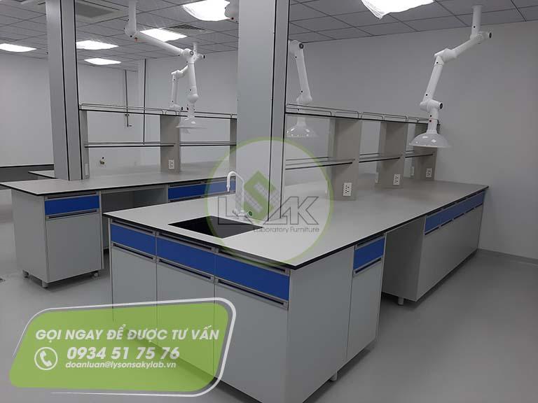 Bàn thí nghiệm trung tâm có kệ nhà máy sản xuất sơn Công ty AkzoNobel