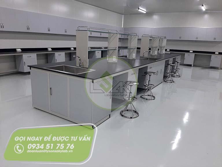Bàn thí nghiệm trung tâm, ghế xoay inox phòng lab trang trại bò sữa công nghệ cao