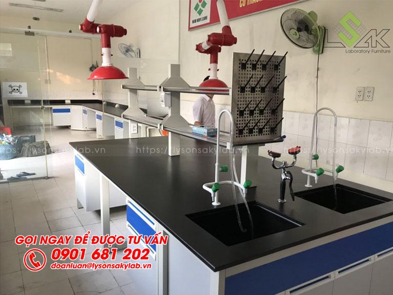 Bàn thí nghiệm trung tâm có bồn rửa kệ hóa chất phòng thí nghiệm nhà máy thức ăn chăn nuôi New Hope