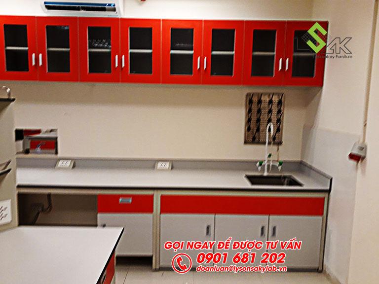 Tủ treo tường, bồn rửa, giá phơi dụng cụ phòng lab Hóa Lý và Vi Sinh nhà máy sữa Candor M.D Organic Trảng Bàng