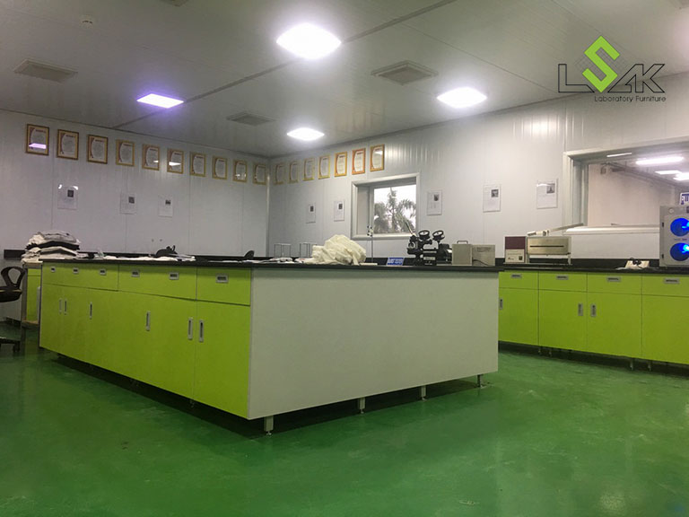 Bàn chuẩn bị mẫu trung tâm bằng đá hoa cương tại Phòng Lab Công ty Yakjin Intertex, KCN Minh Hưng Hàn Quốc, Bình Phước