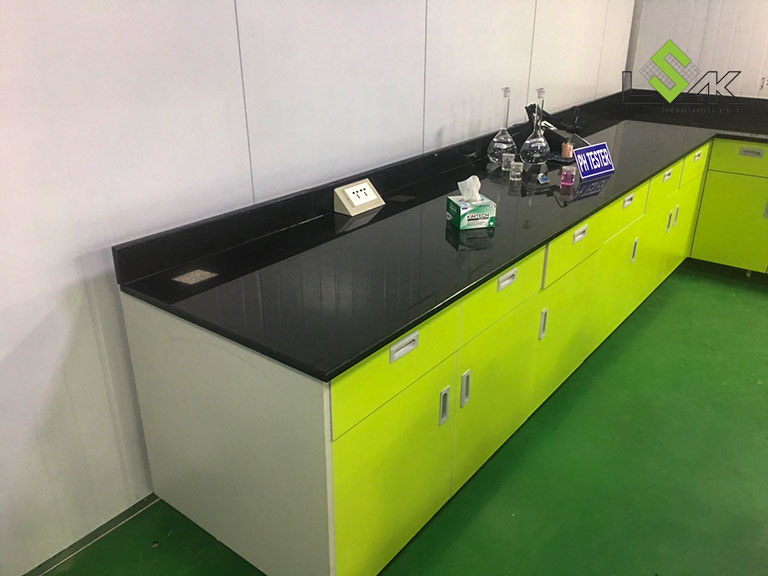 Bàn thí nghiệm áp tường mặt đá hoa cương nội thất phòng lab Công ty Yakjin Intertex