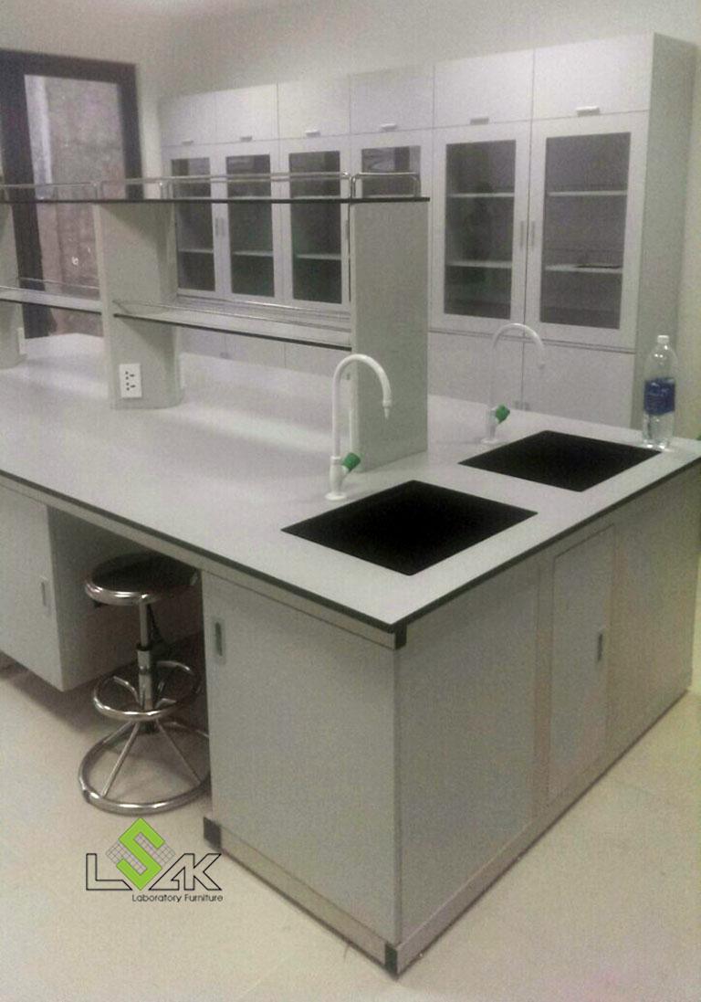 Bàn thí nghiệm trung tâm có giá kệ, bồn rửa phòng thí nghiệm hóa