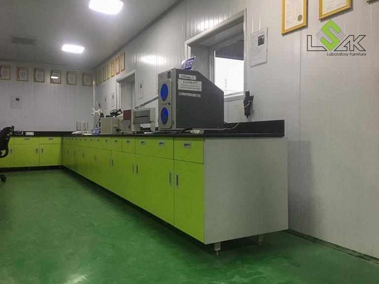 Bàn thí nghiệm áp tường nội thất phòng lab Công ty Yakjin Intertex