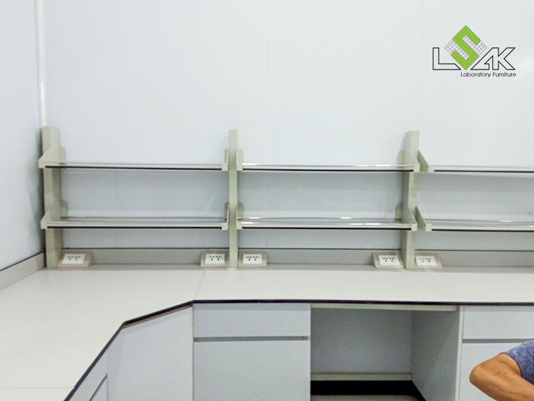 Bàn thí nghiệm áp tường có kệ nội thất phòng lab R&D mỹ phẩm Ifree Beauty