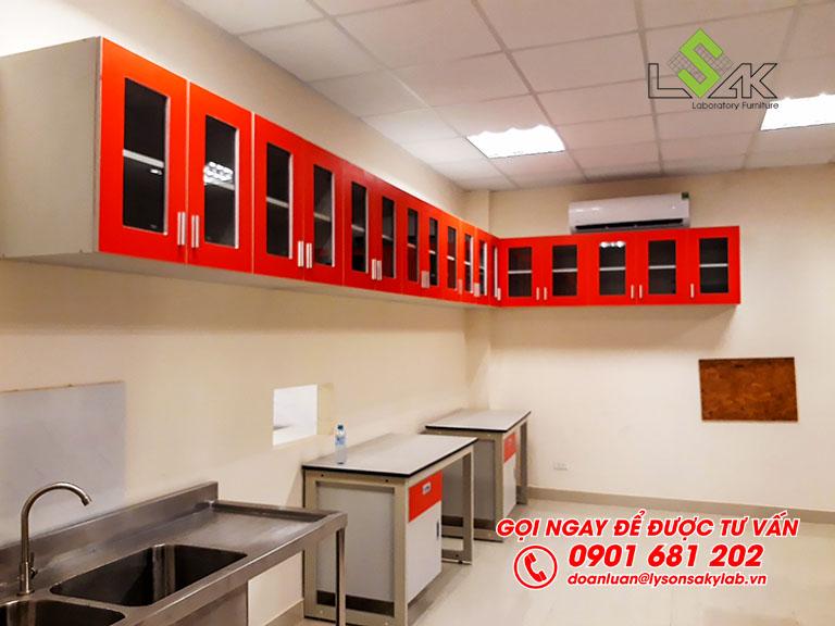 Bàn thí nghiệm đơn, tủ treo tường cửa kính sử dụng tại phòng lab vi sinh nhà máy sữa