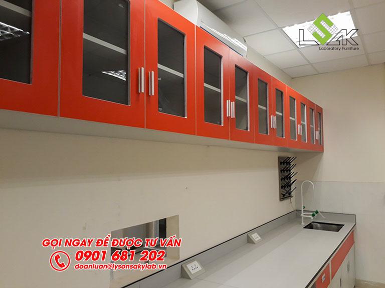 Tủ treo tường cửa kính nội thất phòng lab Hóa Lý và Vi Sinh nhà máy sữa Candor M.D Organic Trảng Bàng